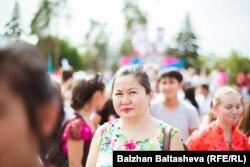 Жители Алматы расходятся с центральной площади после того, как объявили, что зимняя Олимпиада 2022 года пройдет в Пекине. 31 июля 2015 года.