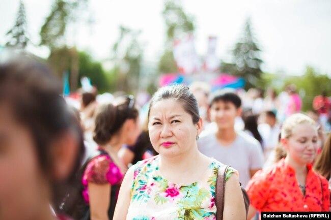 2022 жылғы қысқы Олимпиаданы Пекинде өткізу туралы шешім жарияланғаннан кейін Алматының орталық алаңынан тарқап жатқан адамдар. 31 шілде 2015 жыл