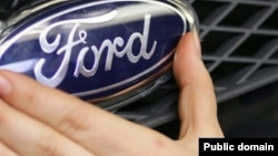 Логотип автомобильного концерна Ford.