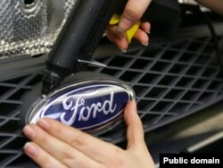 Рабочие завода Ford под Санкт-Петербургом начали забастовку, требуя увеличить оплату времени простоя предприятия. Руководство завода опровергает как слухи о грядущих массовых увольнениях, так и сам факт забастовки
