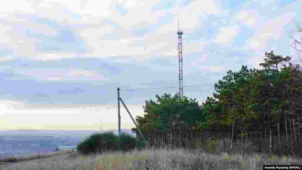 Телевышка местной телерадиокомпании «Жиса» на территории «Битака» появилась задолго до его нынешнего рекреационного статуса. До 2014 года «Жиса» ретранслировала телеканал «2+2» в эфирном аналоге Симферополя и Ялты (логотип вещателя был оформлен как «2+2 Жиса»). Ныне вместо «2+2 Жиса» в Симферополе вещает российский телеканал ТНТ (ранее – «Рен-ТВ»). В мае 2018 года Третейский Суд в Гааге (Нидерланды) обязал Россию выплатить $159 млн компенсации 18-ти украинским компаниям и одному физлицу за потерянные активы в аннексированном Россией Крыму. В числе выигравших– компании группы «Приват», в частности ООО «ТРК «Жиса» – крымский сателлит телеканала «2+2», входивший в группу «1+1 медиа»