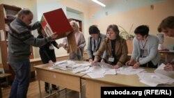 Падлік галасоў на выбарчым участку ў Менску. 18 лютага 2018 году