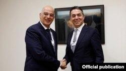 Министерот Никола Димитров и министерот за надворешни работи на Грција, Никос Дендиас.