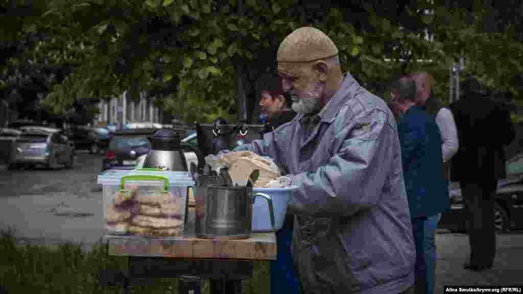 Біля будівлі суду Енвер Муслядінов з дружиною організували обід для тих, хто прийшов підтримати Чийгоза