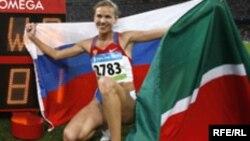 Пекин Олимпиадасында алтын медаль алган Татарстан спортчысы Гөлнара Самитова- Галкина җиңүдән соң Русия флагы белән бергә Татарстан флагын да тотып стадионда йөгереп узып рәсемгә төшкән өчен шелтә алган иде