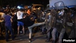 Эребунидаги намойиш иштирокчиларининг полиция билан тўқнашуви, Ереван, 2016 йил 20 июли.