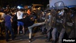 Erebunidagi namoyish ishtirokchilarining politsiya bilan to'qnashuvi, Yerevan, 2016 yil 20 iyuli.