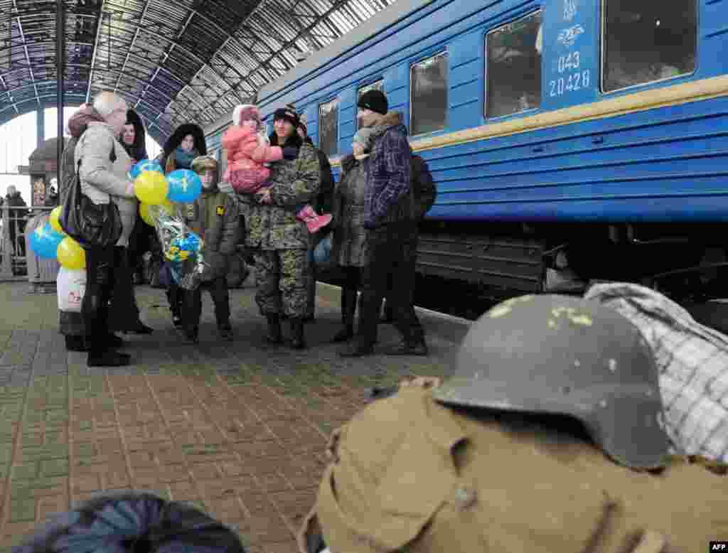 Родини зустрічають військових з зони ATO на залізничному вокзалі у Львові, 4 січня 2015 року