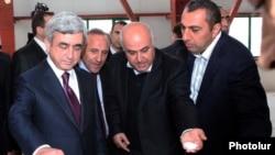Президент Армении Серж Саргсян (слева) и депутат-бизнесмен Самвел Алексанян (справа)