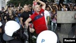 Бири-бирине жулунган поляк жана орус күйөрмандарын полиция ажыратууда. Варшава, 12-июнь, 2012-жыл.