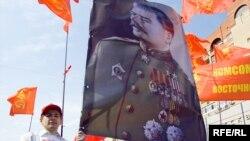 Сталиншіл жастар Мәскеудегі шеруде оның портретін көтеріп келеді.