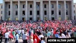 تجمع شهروندان آنکارا در مقابل پارلمان ترکیه در روز شنبه
