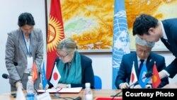 БУУнун Өнүктүрүү программасынын Кыргызстандагы өкүлү Луиз Чемберлен жана Жапониянын Кыргызстандагы элчиси Сигэки Маэда кол коюу аземинде. 11-март, 2020-жыл.