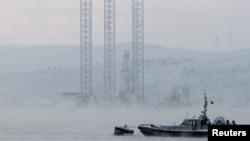 """Нефтяная буровая установка """"Кольская"""" в Кольском заливе недалеко от Мурманска, 27 ноября 2010 года"""