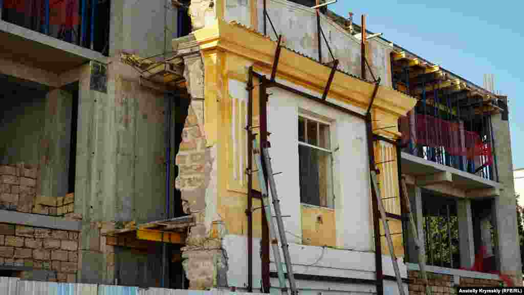 В іншій – капітально в інтересах замовника «Суадон» реконструюють будівлі під багатоцільовий комплекс
