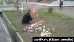 Андижанские студенты сажают деревья с искусственными цветами из целлофана.