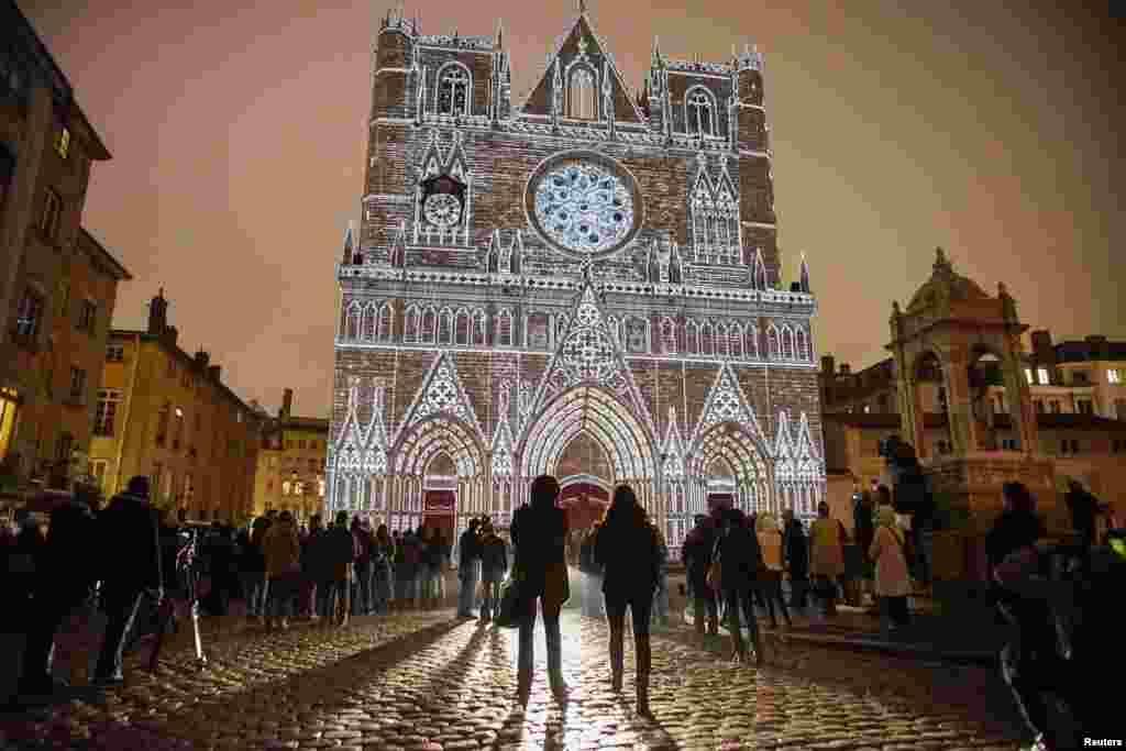 جشنوارهنور در لیون؛ هنرنمایی ایو مورو، در کلیسای سنت-ژان در لیون فرانسه. هرساله اوایل ماه دسامبر، جشنواره رنگ و نور در لیون فرانسه برگزار می شود.