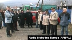 Протест на вработените во подружницата на ЕМО Охрид во Кичево.