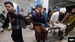 Të plagopsurve nga një sulm i mëparshëm në Peshavar u jepet ndihma e parë mjekësore