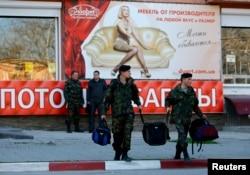 Жүктерін көтеріп, Украина әскери теңіз базасынан кетіп бара жатқан солдаттар. Қырым, Феодосия, 24 наурыз 2014 жыл.