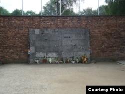 Чорна стіна, біля якої страчували в'язнів (фото Ігоря Бігуна)