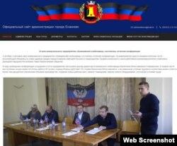 Сепаратистские СМИ сообщают о том, как Валентин Спиридонов (сидит крайний справа) в должности директора хлебзавода принимает «официальных лиц» группировки