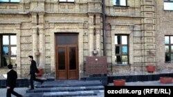 Toshkent davlat yuridik instituti chor Rossiyasi arxitekturasi namunalaridan biridir.