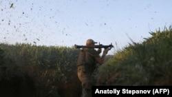 Një ushtar ukrainas në rajonin, Donetsk.