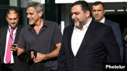 Armenia - U.S. actor George Clooney is greeted by Russian-Armenian philanthropist Ruben Vardanyan (R) at Yerevan airport, 22Apr2016.