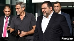 Private investment bank Troika Dialog, run by Ruben Vardanyan (right, with George Clooney in Yerevan in 2016), is allegedly the entity responsible for establishing and operating the scheme.