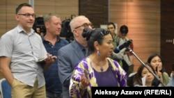 Наиль Нуровтың баяндамасынан соң сөз алуға кезекте тұрған адамдар. Алматы, 31 мамыр 2018 жыл.