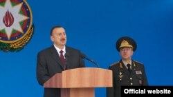 Ильхам Алиев (слева) и глава МЧС Кемаладдин Гейдаров, Баку, 23 февраля 2011