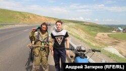 Парень приехал на мотоцикле из Новоберёзовки, чтобы сфотографироваться