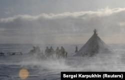 Коренные народы Крайнего Севера России сталкиваются с множеством проблем, угрожающих их образу жизни (фото из архива)