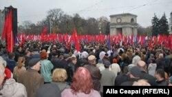 Pamje nga protesta e komunistëve kundër lidhjeve me BE-në në Kishinev të Moldavisë
