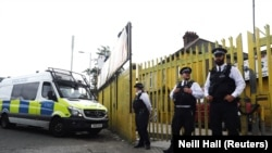 Поліцейські біля будівлі у східному Лондоні, де проводили обшук, 5 червня 2017 року