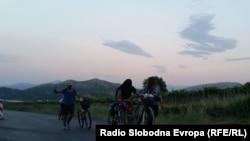Мигранти од Сирија со велосипеди на автопатот Велес - Скопје - 15Јун2015