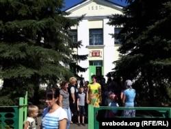 Каля галоўнага ўваходу ў школу