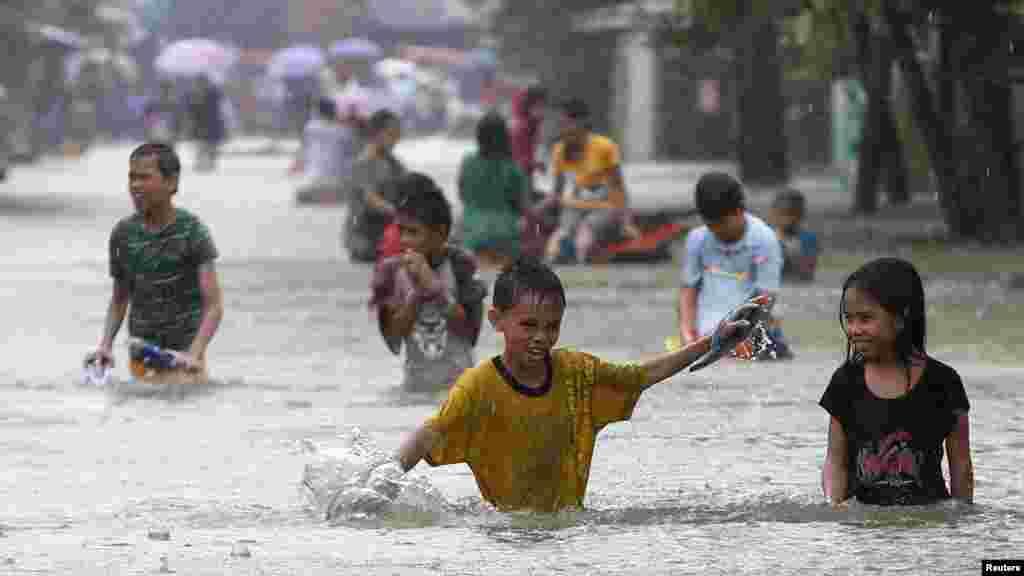 Filipini - Poplave u gradu Butuan. Oko 300.000 ljudi bilo je evakuirano zbog vremenskih neprilika, 17. januar 2014. Foto: REUTERS / Erik De Castro