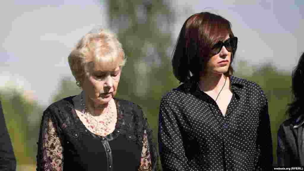 Зьлева - жонка Юлія Бураўкіна, справа - дачка