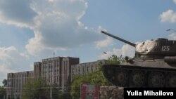 Советский танк T-34 - монумент в Тирасполе, Молдова. Иллюстративное фото.