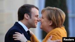 Емманюель Макрон вітається з Анґелою Меркель на одному з самітів ЄС