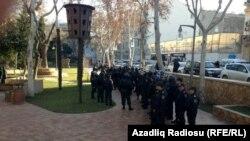 Полицейский наряд в Молоканском саду перед началом акции протеста. Баку, 12 января 2012