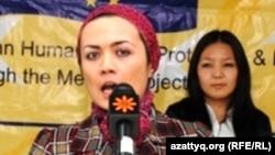 Radio Azattyq reporter Dilbegim Mavloniy receives her award in Bishkek, Kyrzystan. (10Dec2010)