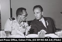 Шымон Пэрэс з камандзерам вайскова-марскога флёту Шломам Арэлем 1 жніўня 1967