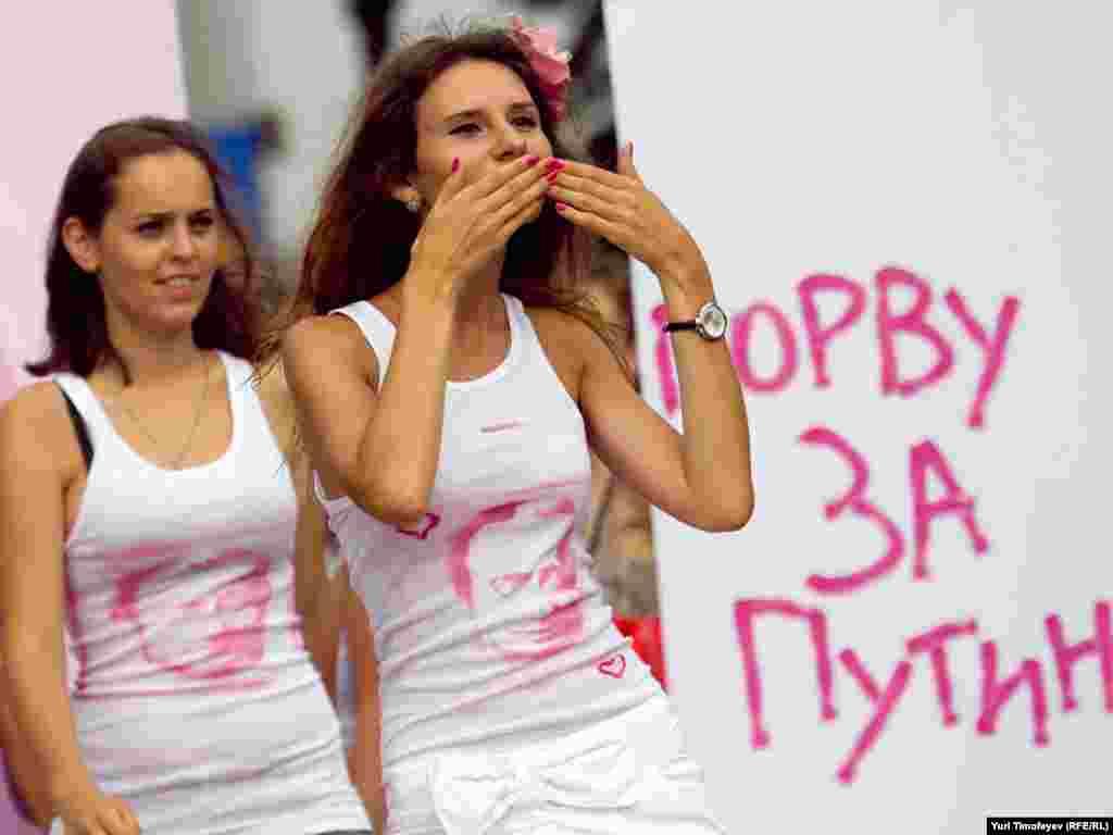"""Jurnalistlərin qarşısından keçən qızlar dualar oxuyub, """"Putin!"""" şüalrarı səsləndirib, öpüş göndəriblər."""