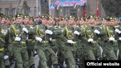 Душанбеде бұрын өткен әскери парадтардың бірі (Көрнекі сурет).