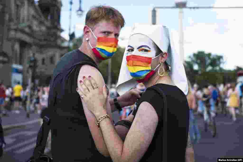 Manifestanții participă la un miting la Berlin, Germania, 26 iunie 2021.