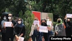عکسی از تجمع روز ۳۰ تیر سینماگران مقابل خانه هنرمندان