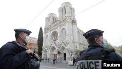 ماموران امنیتی مقابل کلیسای شهر نیس که چندی پیش صحنه حمله منجر به قتل سه نفر بود